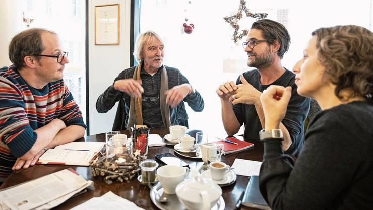 Vier Protagonisten im Gespräch über die Kulturstadt Olten in der Confiserie Suteria (von links): Rainer von Arx, Christof Schelbert, Rhaban Straumann und Regina Graber.