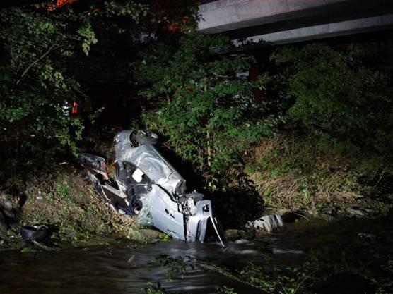 Baar ZG, 30. Mai: Ein Autofahrer ist mit seinem Wagen von der Strasse abgekommen und mehrere Meter tief auf die Uferböschung der Lorze gestürzt. Er starb noch am Unfallort.