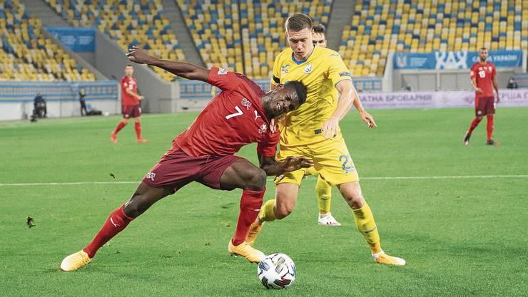 Der Schweizer Breel Embolo (in Rot) im harten Zweikampf mit dem Ukrainer Mikola Matwijenko.