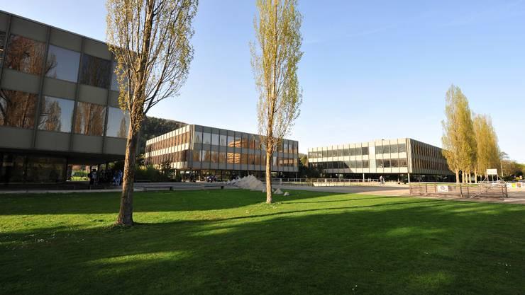 Die markanten Gebäude des Seeland-Gymnasiums Biel können vielleicht bald saniert werden. (Foto: Oliver Menge)