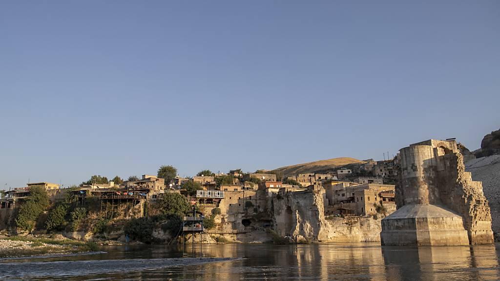 Die 12'000 Jahre alte Kulturstätte Hasankeyf liegt in einer einzigartigen Kulturlandschaft am Fluss Tigris. Durch die Inbetriebnahme des rund 70 Kilometer entfernten Ilisu-Staudamms wird die Stadt voraussichtlich bis Ende Jahr im Wasser versinken.