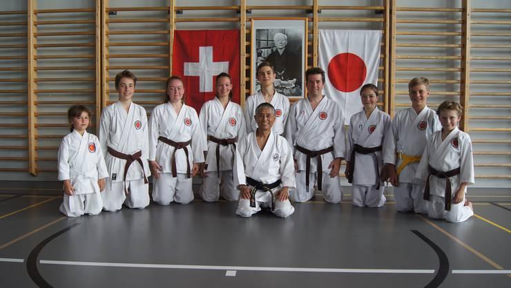 Der Schweizer Nationaltrainer des SKISF, Rikuta Koga Shihan mit den glücklichen Prüflingen nach den erfolgreich absolvierten Prüfungen.