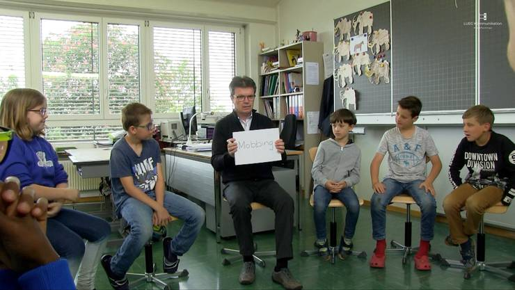 Der Bettlacher Lehrer Edgar Studermit seiner Klasse 3A im Film von Katja Reinhard und Lukas Eggenbergzum Thema Mobbing in der Schule.