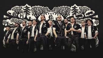 Die zwölf Sänger von Heimweh haben trotz vereinzelten Tattoos und Hipsterbärten einen Hang zum scherenschnittartigen Männerbild.