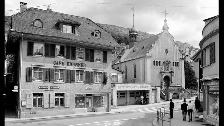 Szene aus dem alten Ennetbaden: Das Café Brunner (später «Schief») und die Michaelskapelle vor dem Abriss 1966.