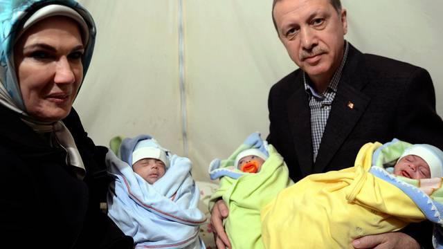 Das Ehepaar Erdogan mit Neugeborenen im Flüchtlingslager Sanliurfa