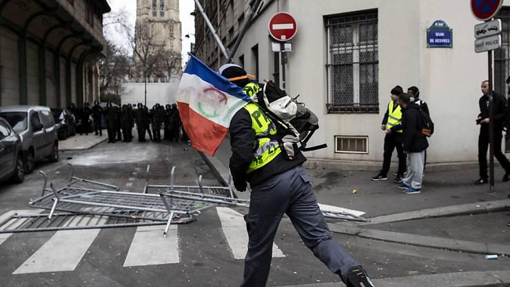"""Bei Protesten der """"Gelbwesten"""" in Paris ist es erneut zu Zusammenstössen mit der Polizei gekommen."""