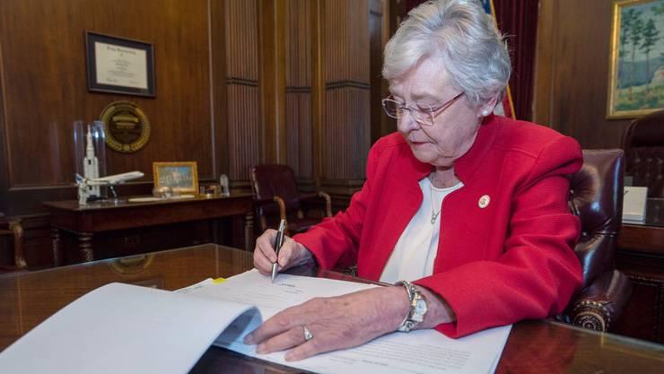 Muss das neue Gesetz noch unterzeichnen: Republikanische Gouverneurin Kay Ivey.