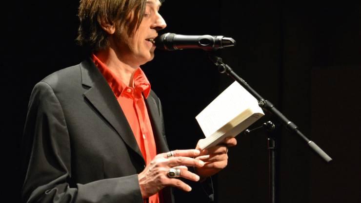 Der Blick geht nur selten zum Publikum: Pedro Lenz fesselt mit seiner Stimme.