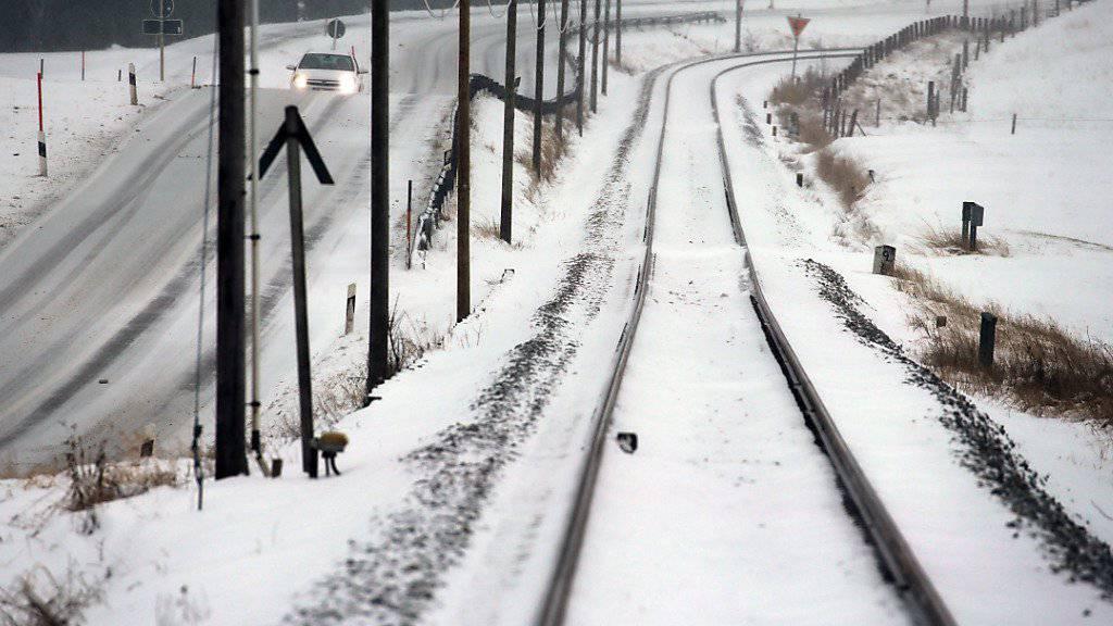 Starker Schneefall in Deutschland: Während sich der Flugverkehr in München nach über 100 Flugausfällen am Samstag wieder normalisiert, kommt es im Bahnverkehr weiter zu Behinderungen.