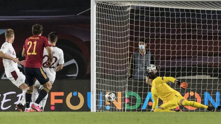 Die entscheidende Szene: Sommer passt den Ball zum Gegner – Oyarzabal schiesst das 1:0 für Spanien.