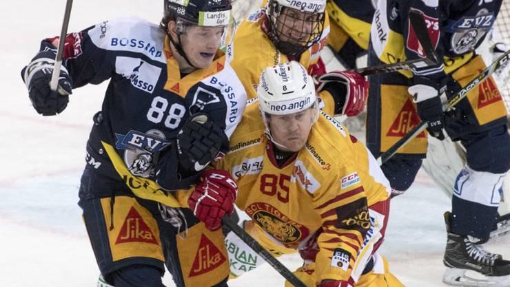 Zugs Schwede Mikael Johansson (rechts) versperrt dem Langnauer Sven Senteler den Weg