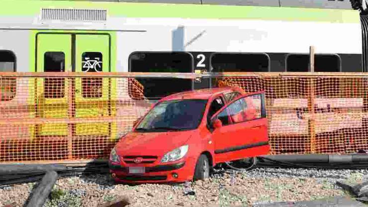 Eine 77-jährige Autofahrerin hat am Samstag beim BLS-Bahnhof in Biberist SO einen Velofahrer überfahren und ist anschliessend mit einem Zug kollidiert. Der Velofahrer wurde mittelschwer verletzt in ein Spital gebracht, wie die Kantonspolizei Solothurn am Sonntag mitteilte.