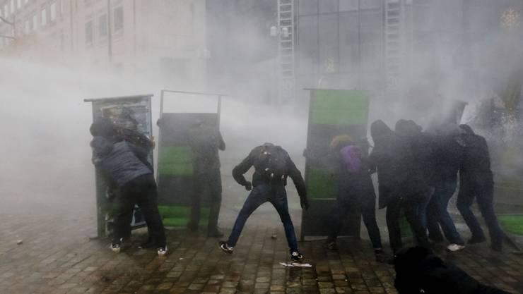 «Nicht mehr wütend, rasend», sagt eine Demonstrantin: Die Wut entlud sich am Samstag in den Strassen von Paris.