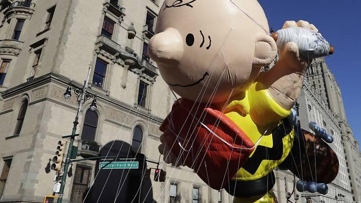 Bei strahlendem Wetter und eisigen Temperaturen haben zehntausende die traditionelle Thanksgiving-Parade in New York verfolgt.