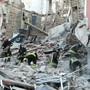 Feuerwehrleute arbeiten in den Trümmern eines eingestürzten Hauses im norditalienischen Gorizia.