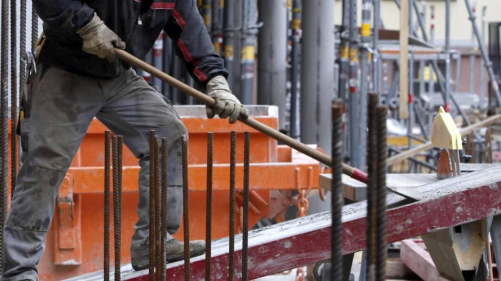 Die Schweizer Wirtschaft läuft wieder etwas runder - und damit auch auf den Baustellen. (Archivbild)