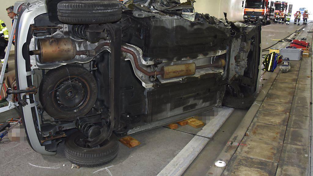 Auto prallt in Tunnelportal - Beifahrer tödlich verletzt