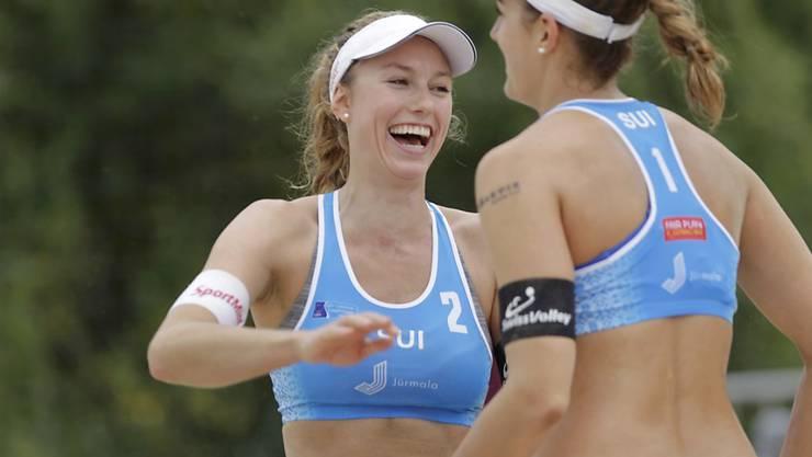 Tanja Hüberli (rechts) und Nina Betschart (links) freuen sich in Den Haag über einen guten Start in die neue Saison