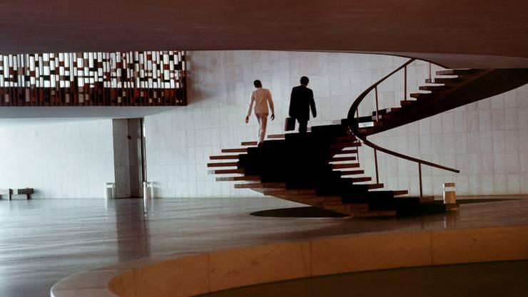 Momentaufnahme aus Brasilia – der hintere Mann tänzelt beinahe die Treppe hinauf. Foto: René Burri