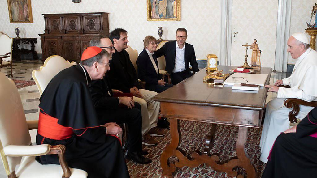 Schweizer Betroffene berichten dem Papst Franziskus am Samstag im Vatikan von sexuellem Missbrauch im kirchlichen Umfeld.