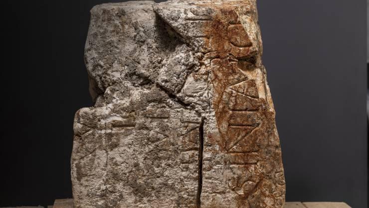 Im Bauschutt fand sich das Fragment einer Monumentalinschrift, die ehemals wahrscheinlich in einem Gebäude eingemauert war.