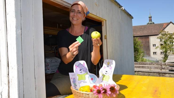 Akoja Ludl zeigt, wie's geht: Einen «Haldi» für einen Apfel.