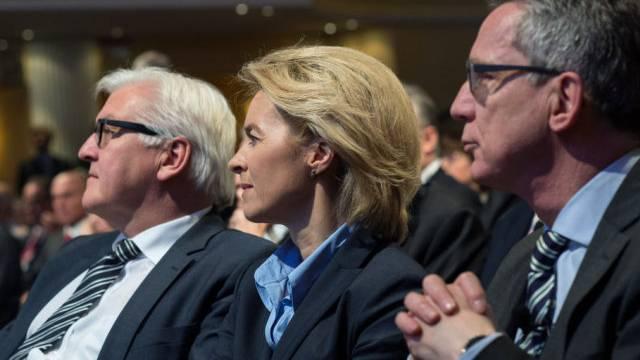 Die deutschen Minister Steinmeier, von der Leyen, de Maiziere (v.l.