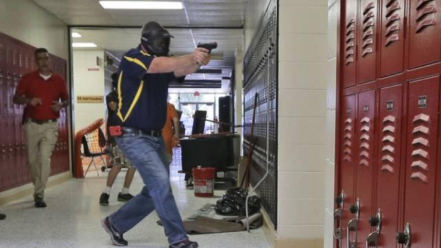 Lehrer bei einer Übung in Clarksville