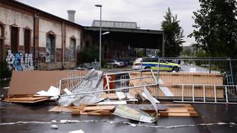 Spuren der Party: Die von den Chaoten errichteten Barrikaden auf dem NT-Areal. Kenneth Nars