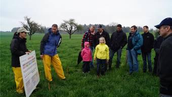 Erich Huwiler und Sonja Basler (links) vom kantonalen Landwirtschaftlichen Zentrum Liebegg erteilten den Landwirten praktische Tipps für die Bewirtschaftung. sl