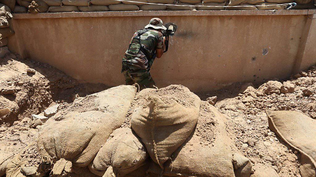 Ein Peschmerga-Kämpfer geht nahe der Stadt Kirkuk im Nordirak gegen Kämpfer der Terrormiliz (IS) in Stellung. (Archiv)