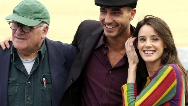 """Regisseur Vicente Aranda (l) mit Schauspielern seines Films """"Juana la loca"""" (Archiv)"""
