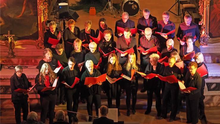 Am Weihnachtskonzert in der Stiftskirche engagieren sich jeweils zahlreiche Dorfvereine sowohl musikalisch wie auch im Hintergrund. Im Bild: Der Auftritt des Gemischten Chors Schönenwerd. Bruno Kissling