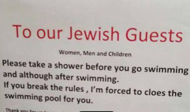 Stein des Anstosses im Jahr 2017: «An unsere jüdischen Gäste: Bitte duschen Sie vor und nach dem Schwimmen. Tun Sie das nicht, bin ich gezwungen, das Schwimmbad für Sie zu schliessen», stand auf dem Plakat, das die Hauswartin eines Ferienhauses in Arosa beim Hotel-Pool aufgehängt hatte.