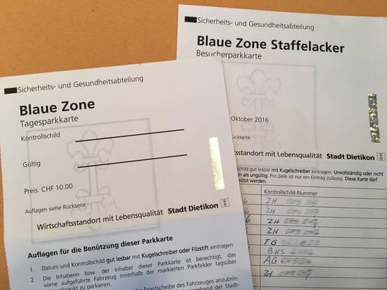Links die aktuelle Tagesparkkarte zum Preis von 10 Franken, rechts die alte Zehner-Karte für 20 Franken.