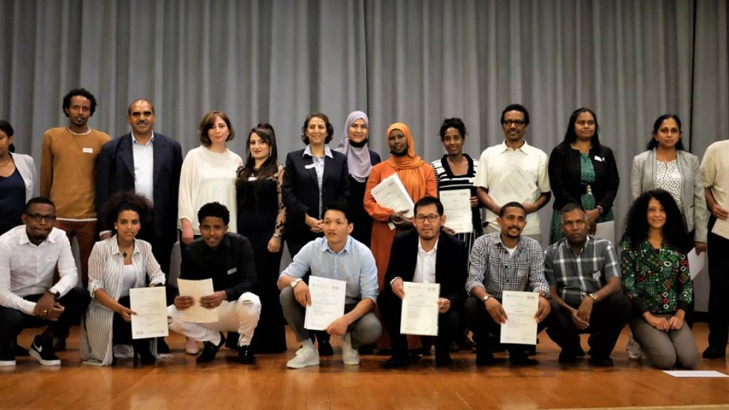 25 ehemalige Flüchtlinge wurden in Graubünden zu Brückenbauenden ausgezeichnet. Sie helfen nun Flüchtlingen bei der Integration in die neue Heimat.