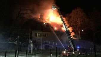 Bei einem Brand in einem alten Wohnhaus in Freiburg ist eine Person ums Leben gekommen. Sieben Personen konnten gerettet werden.