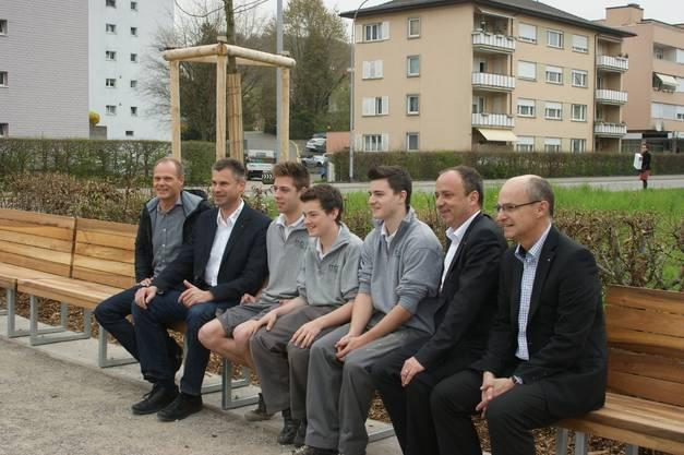 Auch der Gemeindeammann Markus Dieth (Zweiter von rechts) freut sich über die neue Bank und betont den Stellenwert öffentlicher Erholungsanlagen.