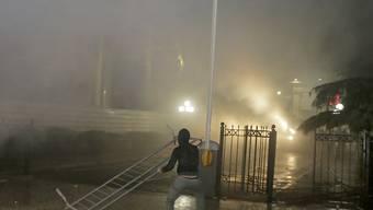 Die Polizei setzte bei Zusammenstössen von Regierungsgegnern mit den Sicherheitskräften am Samstagabend in Tirana auch Tränengas ein.