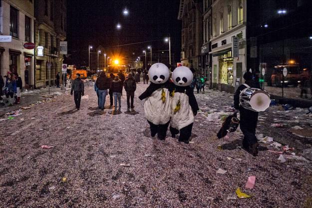 Die Putzkolonne naht und die Pandas müssen jetzt ins Bettchen.