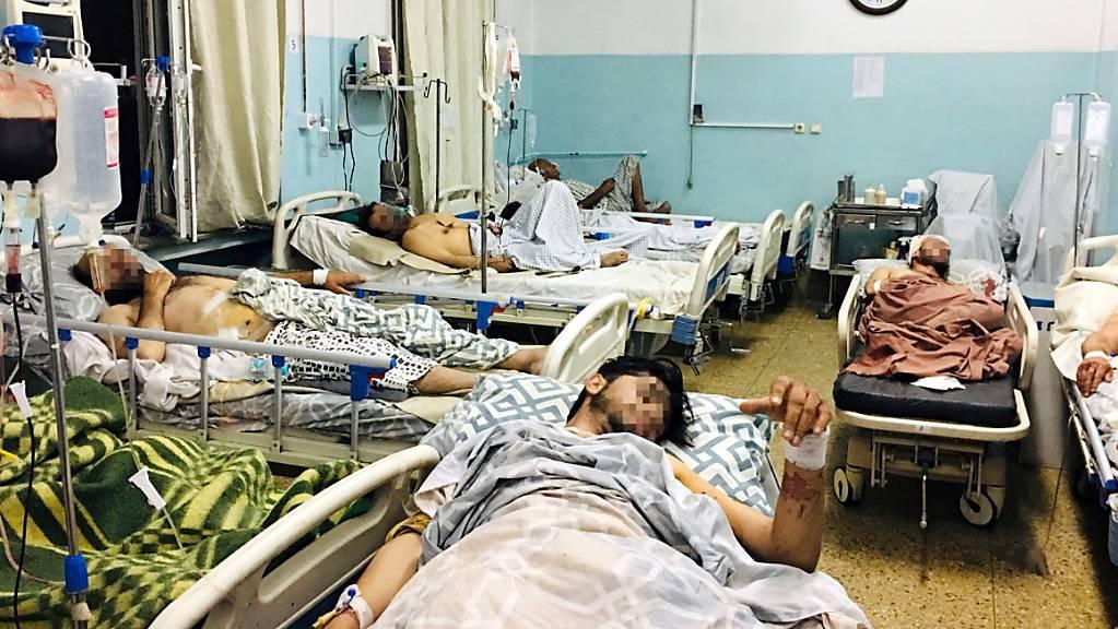 Männer, die bei dem Anschlag in der Nähe des Flughafens von Kabul verletzt wurden, liegen in einem Krankenhaus. Bei dem Anschlag sind nach Angaben der militant-islamistischen Taliban 13 bis 20 Zivilisten getötet worden. Das gehe aus Berichten der Krankenhäuser hervor, so ein Sprecher der Islamisten.