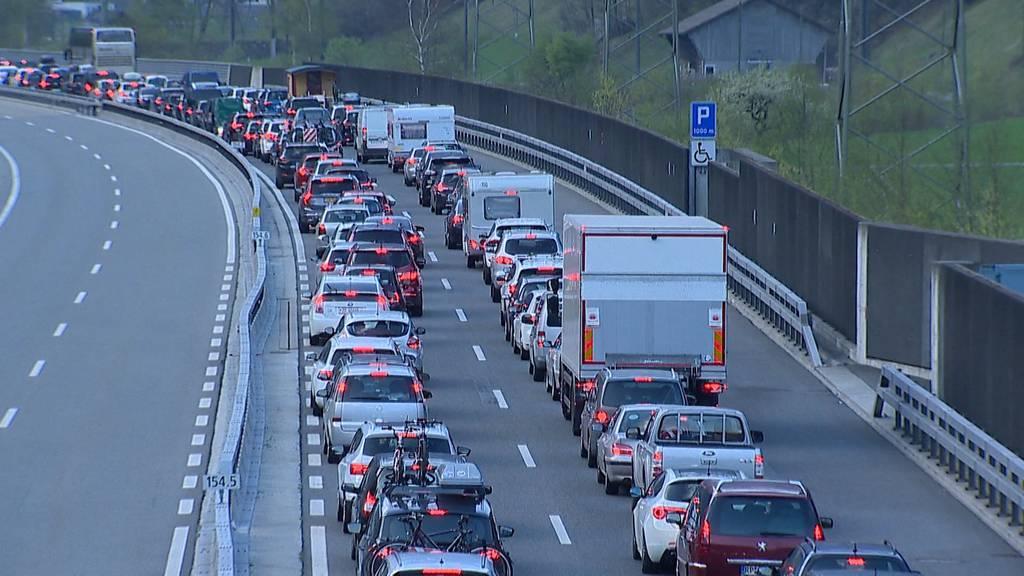 Bis zu drei Stunden stehen Autofahrer zurzeit vor dem Gotthard.