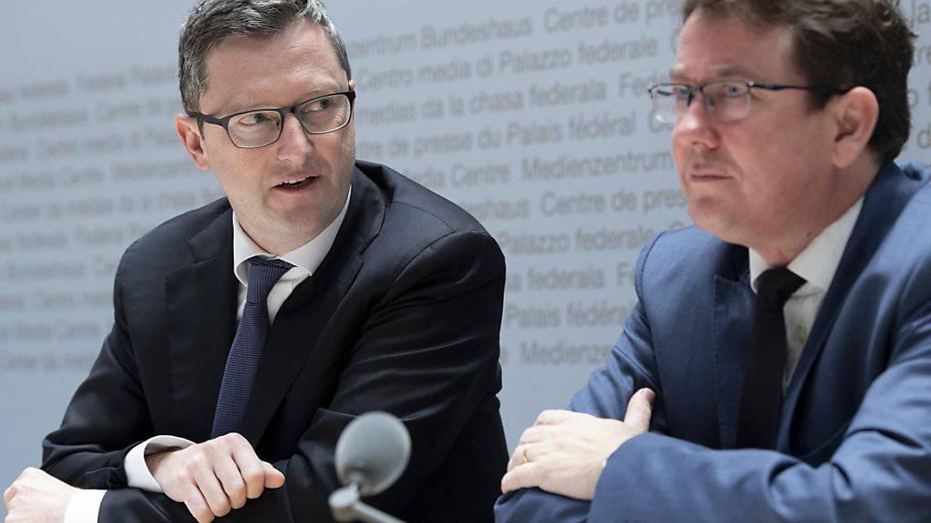 SVP-Präsident Albert Rösti (rechts) und SVP-Nationalrat Peter Keller (NW) präsentieren das neue Parteiprogramm.