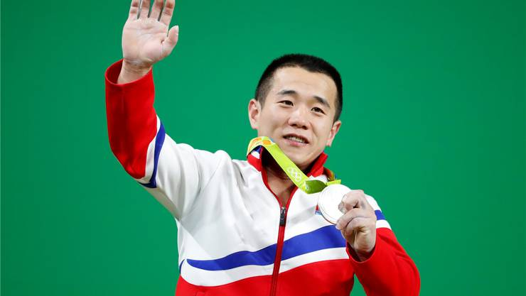 Gewichtheber Om Yun Chol entschuldigt sich für die Silbermedaille. Key