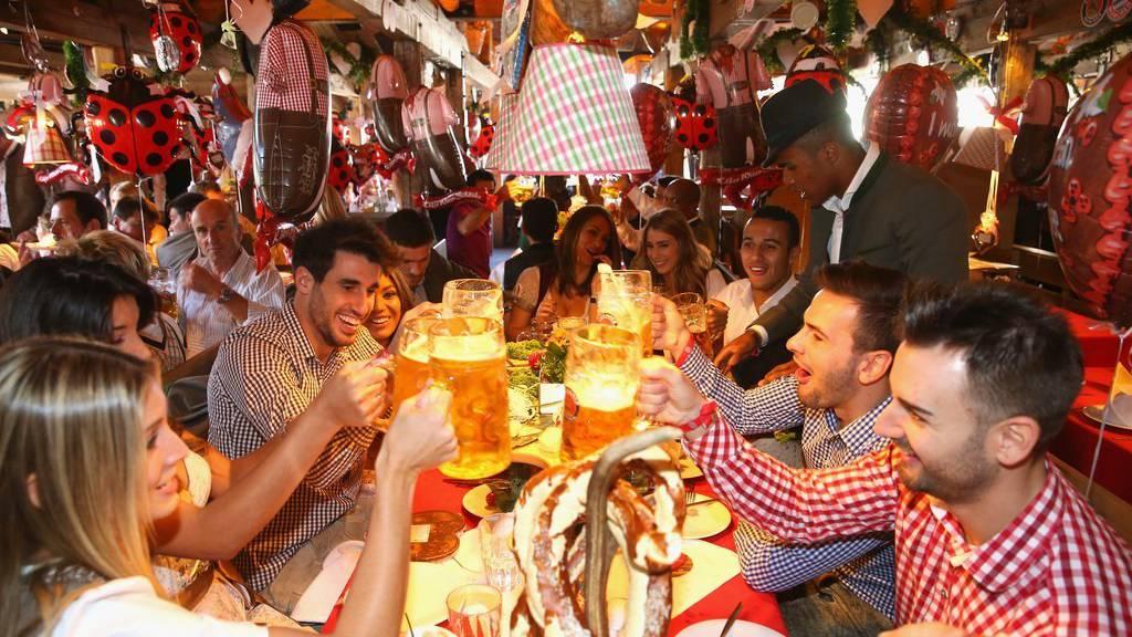 Alle trinken gerne einen auf der Wiesn, so auch die Spieler des FC Bayern München. (Alexander Hassenstein/pool via AP/KEYSTONE)
