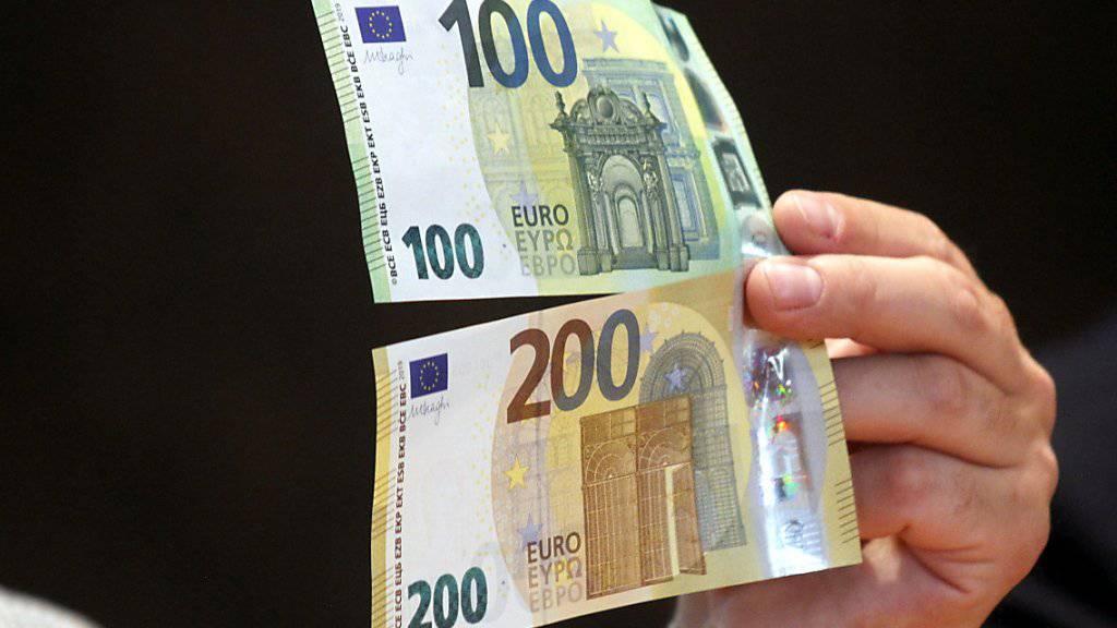 Die neuen 100- und 200-Euro-Banknoten mit besseren Sicherheitsmerkmalen sind seit Dienstag im Umlauf. (Archivbild)
