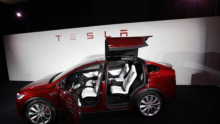 Tesla hat im dritten Quartal mit Elektroautos 145 Prozent mehr umgesetzt. Von den gut laufenden Verkäufen profitiert auch das Schweizer Unternehmen Bossard, das Tesla seine Produkte verkauft. Die Zusammenarbeit wurde nun bis 2020 verlängert.
