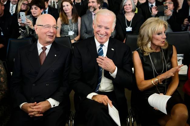 WEF-Gründer Klaus Schwab (l.) möchte den neu gewählten US-Präsidenten Joe Biden und seine Frau Jill ans WEF locken. Biden, der sich während des Wahlkampfs wegen Corona mit Auftritten stark zurückgehalten hatte, käme wohl nicht in ein Land, das als Corona-Hotspot bezeichnet wird.