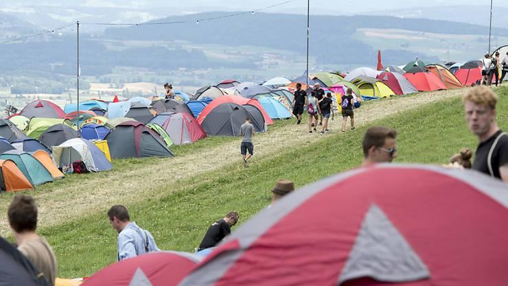 Zelte gut festmachen: Das war die Devise beim windigen Auftakt zum Berner Gurtenfestival.